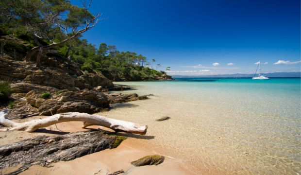 Plus grand archipel des îles d'Hyères, l'île de Porquerolles est une destination touristique très prisée pour ses superbes plages et paysages.