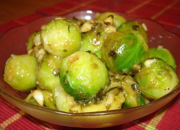 Маринованная брюссельская капуста Брюссельская капуста входит в состав многих блюд. На зиму ее можно заготовить, не только замораживая, но и в маринованном виде. Ингредиенты: сольпо вкусу брюссельская капустапо вкусу укроппо вкусу чеснокпо вкусу лукпо вкусу ореганопо вкусу несколько горошин душистого и черного перцапо вкусу сухие семена горчицы и кориандрапо вкусу уксуса 8%по вкусу сахарпо вкусу сольпо вкусу