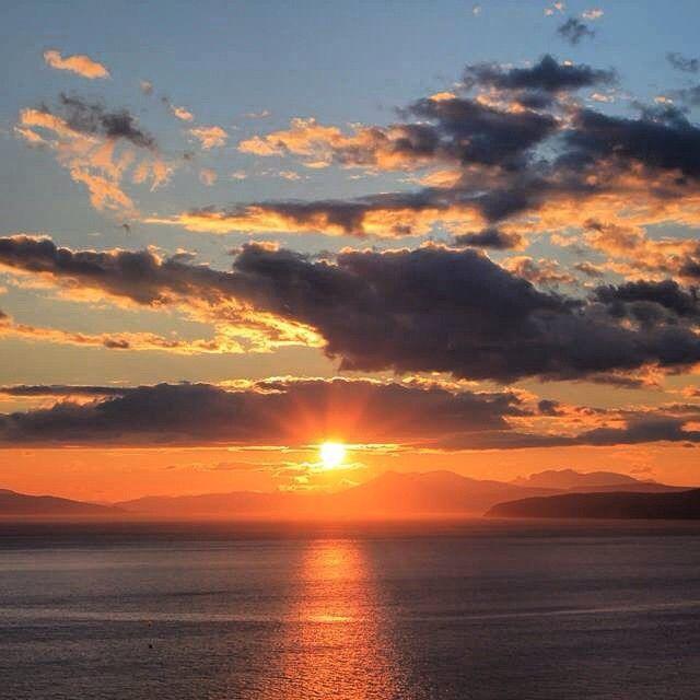 """Nydelig vakkert i #nordnorge❤️ #norge❤️#natur #naturephotograpy  #midnightsun #norwegian #narvik #horizon #lørdag #sun #blue #orange #oransje #sea…"""