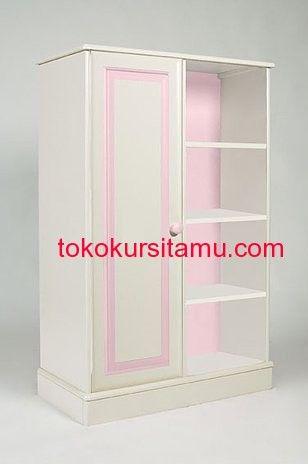 Almari Pakaian Anak Panel K-2LPA memiliki tampilan cantik dengan kombinasi warna putih dan pink menambah kesan anggun nan veminim cocok untuk si buah hati.