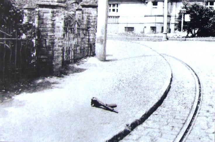 Gabčíkův Sten gun na místě atentátu.  Autor snímku: repro z knihy Jaroslav Čvančara: Heydrich. Gallery, Praha 2011. Sten gun of Jozef Gabčík at the place of the assassination.