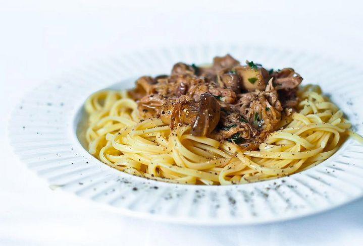 #PlatVedette #DishSpotlight Gâtez-vous au bistro L'Aromate. En vedette aujourd'hui: linguines au confit de canard et aux champignons.