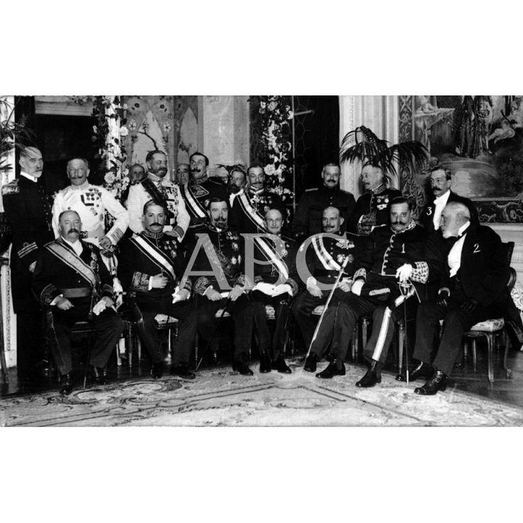 03/1912LOS NUEVOS GENTILES HOMBRES EN SAN SEBASTIAN. LOS SRES. ROMERO (1), HURTADO DE MENDOZA (2), IBARRA(3) Y LOS INVITADOS Y AUTORIDADES, DESPUÉS DE LA JURA DEL CARGO POR LOS PRIMEROS ANTE EL JEFE SUPERIOR DE PALACIO, SEÑOR MARQUÉS DE LA TORRECILLA. FOTO: OARSO: Descarga y compra fotografías históricas en | abcfoto.abc.es