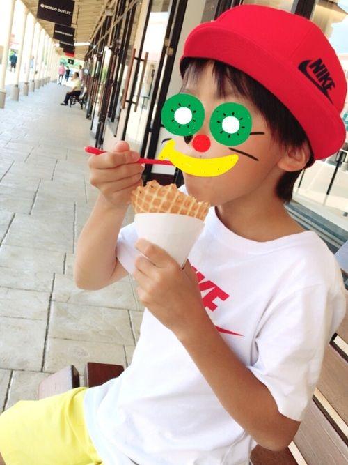 赤キャップ 白Tシャツ  黄色ハーフパンツ  ドラミちゃん柄黄色コンバース