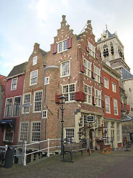Ein pittoreskes Stück Innenstadt in Delft an der Ecke Markt - Voldersgracht    Beautiful spot in the centre of Delft.  www.kukullus.nl