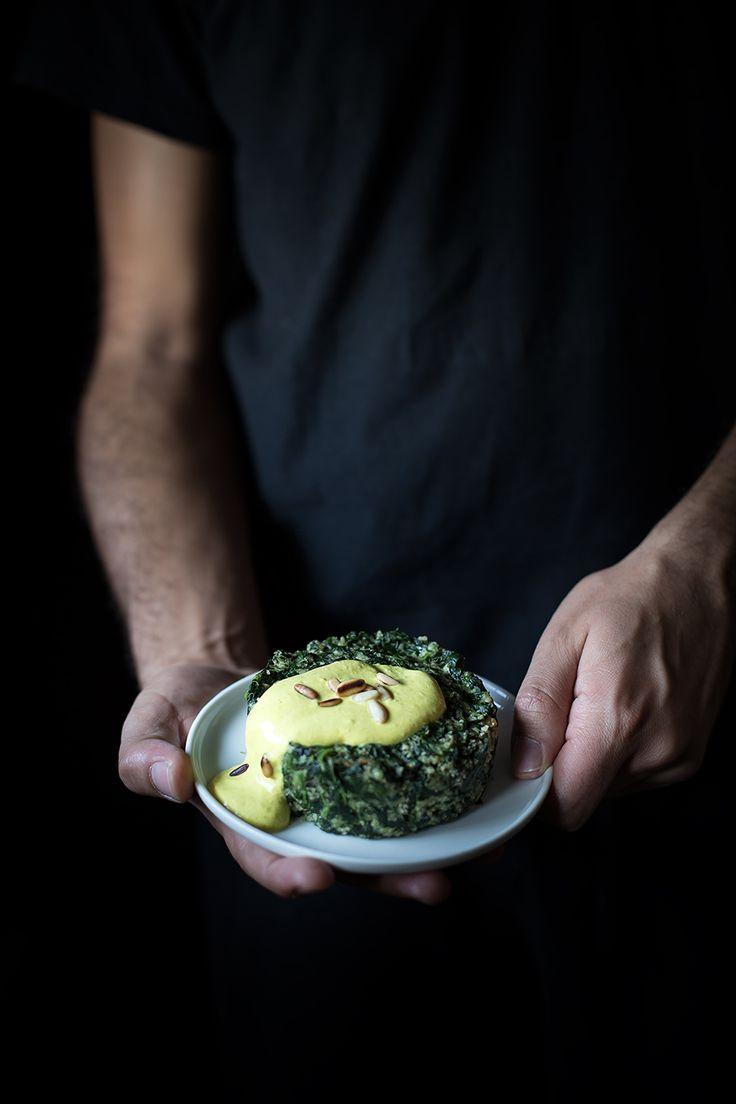 Tortini di spinaci con salsa alla curcuma e pinoli