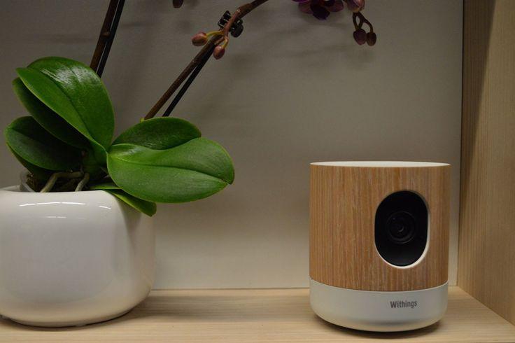 Withings社は、家庭用モニタリング・カメラとコミュニケーション機能、環境センサーが一体になった「Home」を発表した。アップルのスマートホーム規格「HomeKit」に対応しており、スマホで制御できる。