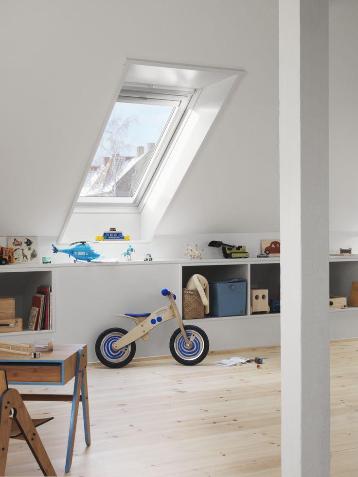 Wykorzystaj każdy centymetr wolnej przestrzeni. Pod skosami na poddaszu zmieszczą się przydatne schowki. #poddasze #velux #dziecko