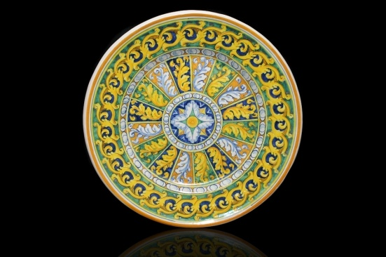Round Hand Painted serving platter. Masterfully decorated with acanthus leaves. This is an original interpretation of a motif developed in Palermo in the sixteenth century.