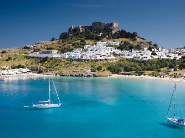 Nicht nur Athen hat eine Akropolis: Die der Gemeinde Lindos auf Rhodos thront über einer ...