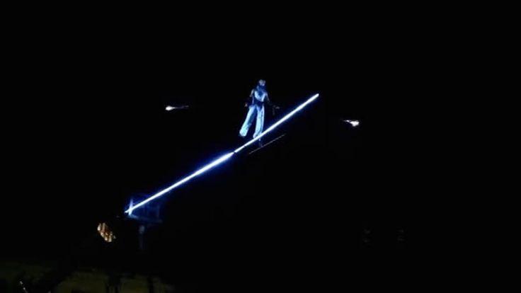 """""""Arte di strada: un funambolo a piazza del Popolo su una corda musicale"""""""