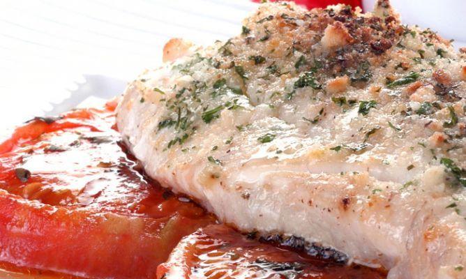 Mero asado con tomates fritos. Una receta de lomos de mero asados al horno a la provenzal (ajo y perejil picados y pan rallado) acompañados de unos tomates fritos con albahaca. #receta #mero #pescado