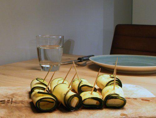 Ook de bijgerechten tijdens de BBQ maak je gewoon op je rooster. Dit recept voor courgette rolletjes met halloumi zijn makkelijk, super lekker en zo klaar!