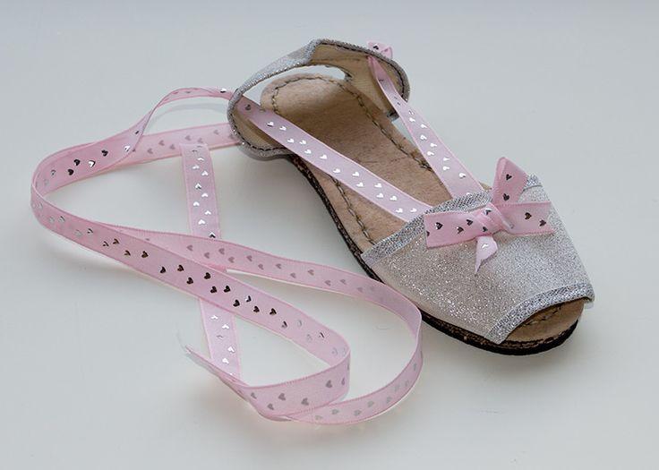 Albarca color plata de lona con cinta color rosa palo. A partir de 27€