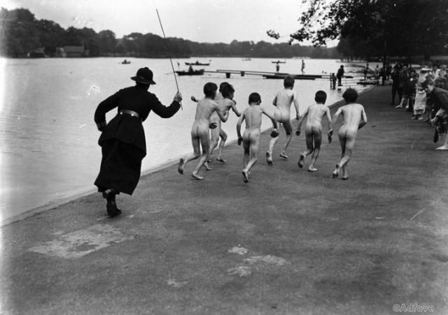 Компания голых подростков убегает от женщины-полицейского, Гайд-парк, Лондон. 1926 год.