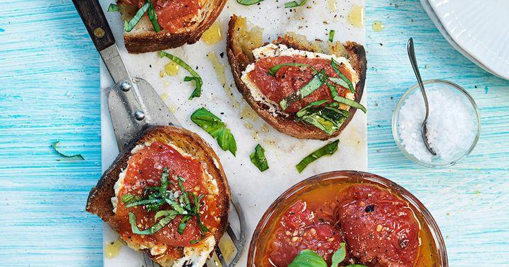 Denna förrätt är försvinnande god - stekt surdegsbröd som toppas med krämig cashewnötskräm och confiterade tomater. Vegansk är den dessutom!