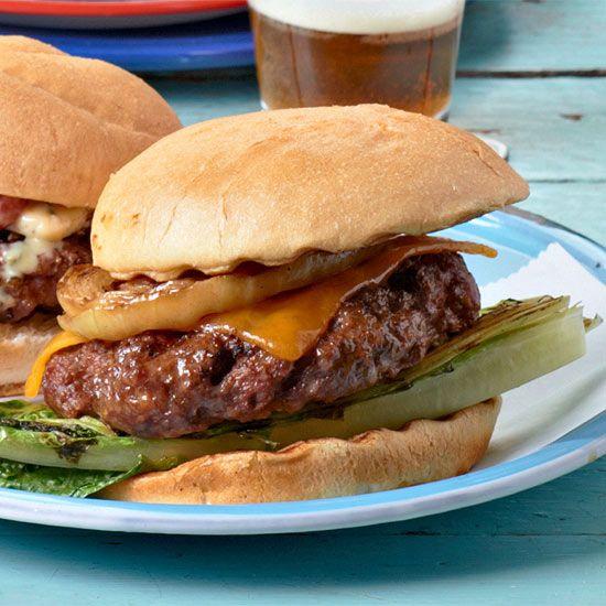 구운 로메인,양파를 얹은 클래식 치즈버거