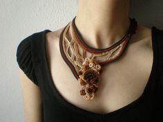 Achillea Nobilis... Forma libre del ganchillo collar de perlas - Borgoña marrón Beige crema verde - Beadwork declaración collar