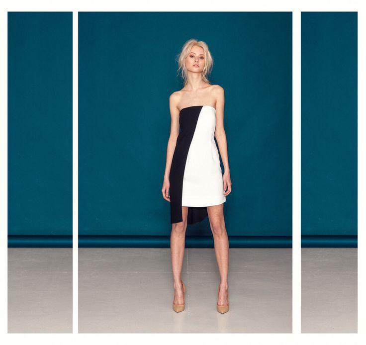 Biało-czarna sukienka z asymetrycznym bokiem.