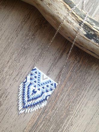 Collier avec perles Miyuki delicas 11/0 ... 100% fait main ! Composition : - Perles : Bleu nuit , Bleu pale , Argent et Blanc - Apprêts : Métal argenté Taille : - Long - 19889786