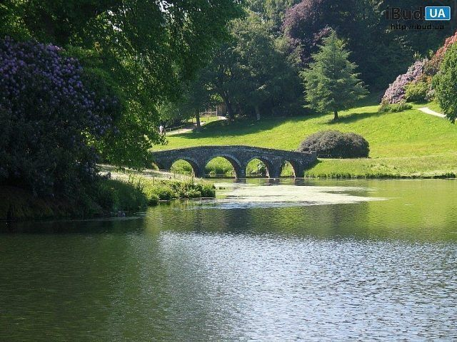 На фото показан дизайн сада в английском стиле. Газон имеет первоначальное значение, а также цветущие кустарники. Основной упор сделан на небольшие симметричные формы. Также учитывались стилевые ос...