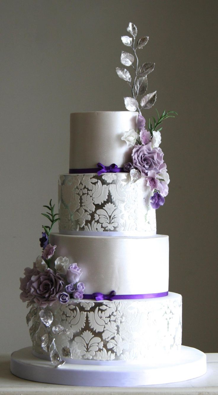 Love the hints of purple on this wedding cake