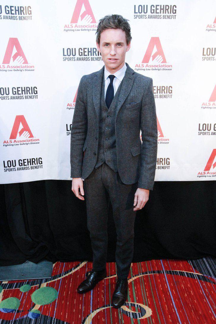 Pin for Later: Die britische GQ hat entschieden und der am besten gekleidete Mann ist. . . Eddie schreckt auch nicht vor der High Street zurück: Dieser dreiteilige Anzug stammt von Topman.