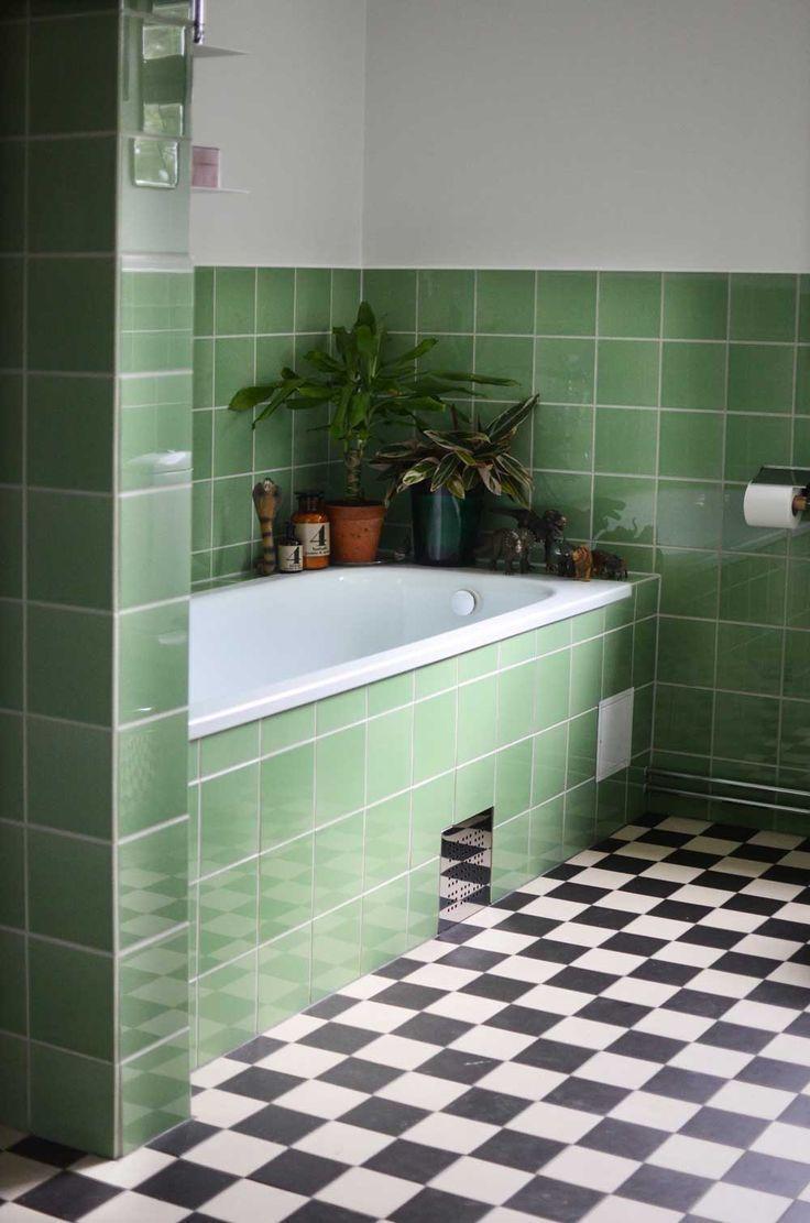 Funkis inkaklat badkar. Green tile bathroom