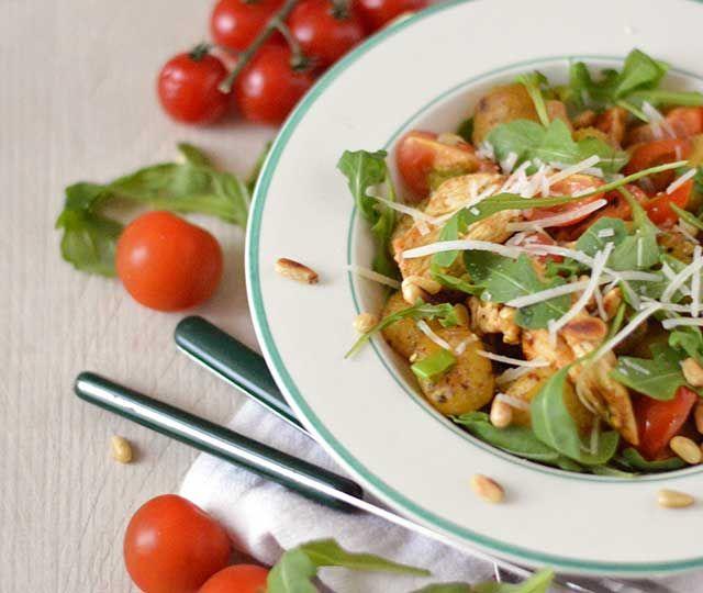 Gebakken gnocchi met pesto en kip. Een lekker én snel gerecht met kruidige kip, gebakken gnocchi, peperige rucola en zoete cherrytomaten. De perfecte combinatie: ontzettend lekker, makkelijk om te maken én snel klaar.