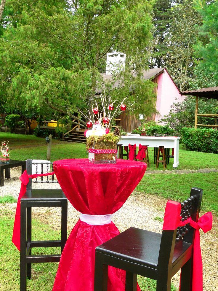 Montaje navideño MESA COCTELERA REDONDA  Contamos con todo tipo de mobiliario para que tu evento sea perfecto. Fotos tomadas en Hotel Quinta del Sol