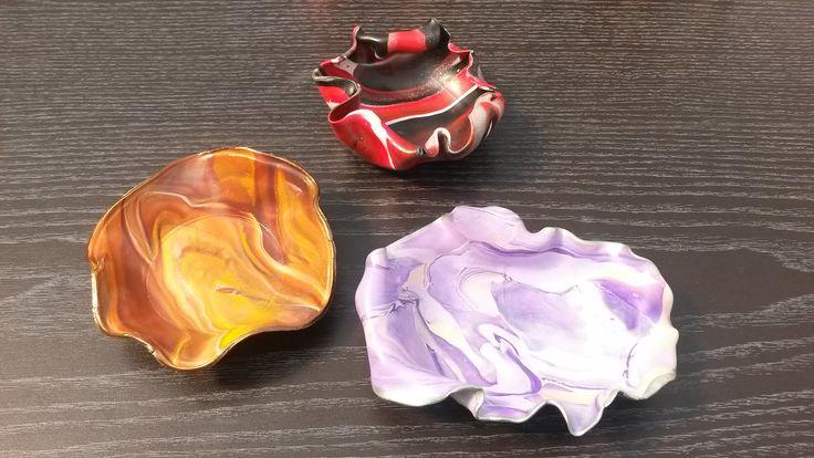 Leuke zelfgemaakte juwelenschaaltjes in levendige kleurtjes uit fimo klei. Je kan ze gebruiken voor ringen, armbanden, oorbellen of andere kleine snuisterijen.