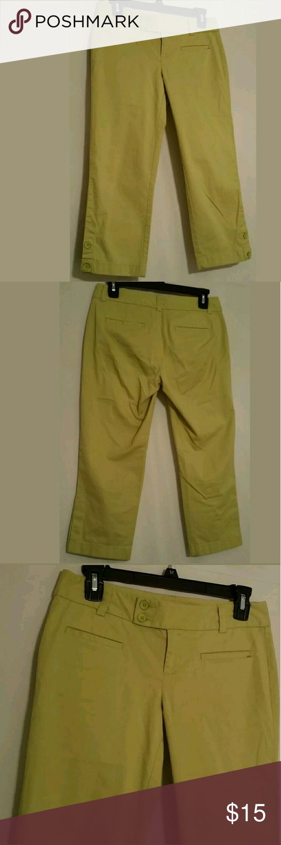 "Ann Taylor Loft  Marisa Fit Women's Capri Pants 0P Ann Taylor Loft  Marisa Fit Women's Cropped Pants Capri Size 0P Cotton Stretch  Excellent condition in neon green perfect for spring & summer size 0P, double buttons on waist & on legs  Measurements  Waist : 28"" Front Rise : 9"" Back Rise : 11"" Hips : 34"" Inseam :  21"" Length : 28""  Thanks for stopping by! LOFT Pants Ankle & Cropped"