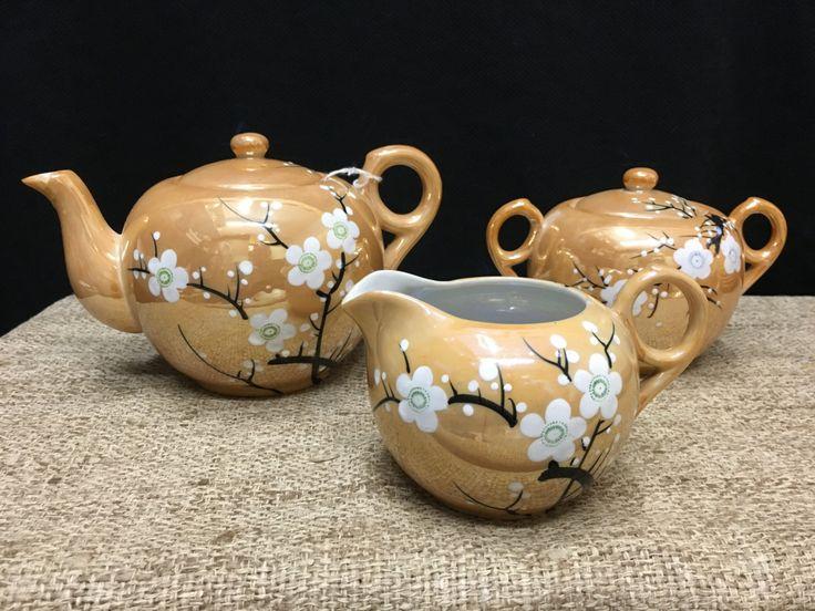 Il s'agit d'un service avec théière, crème et sucre w/couvercle, assiettes, tasses et soucoupes à thé lustrée Vintage. Peint à la main avec une conception de fleur à la cerise sucrée.  C'est un méli-mélo ensemble combiné de 3 fabricants, il y a soleil levant (Japon RS) pièces avec banalisée marque «Made in Japan» et une troisième avec le «Japon» et un «H» dans une fleur.  La théière mesure 7 1/2 du bec à manipuler et est de 4,5 de hauteur. La théière a un craquelé bec verseur (Voir…