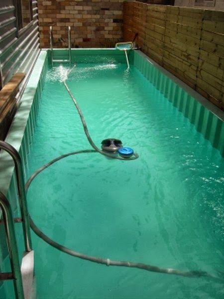 Sim é possível e existem algumas por aí. A arquitetura com container  tem se mostrado ilimitadamente criativa. Mas para fazer uma piscina ...