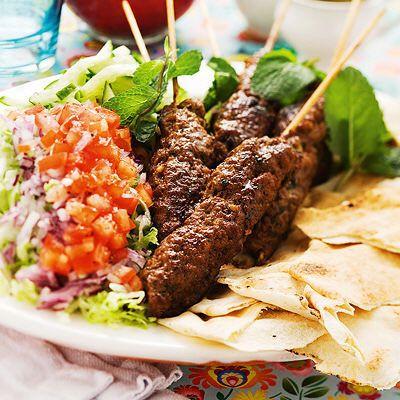 Kryddiga köttfärsspett med sallad och pitabröd