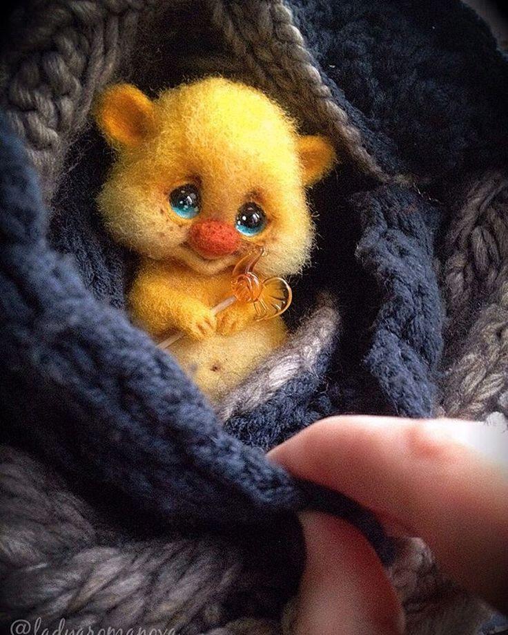 ✨Малыш Щастье✨ готов оЩастливливать одну замечательную девушку, которая ждала его (стыдно сказать) целый ГОД. В лапоньках у него чудесный леденец-петушок от волшебницы @katya_ketova .✨ #малышщастье #щастьеесть #счастьеесть  #игрушкиизшерсти #валяныеигрушки #валяние #needlework #needlefelting #instatoys #toystagram #handmade #happy #волшебство #подарки #домовенок