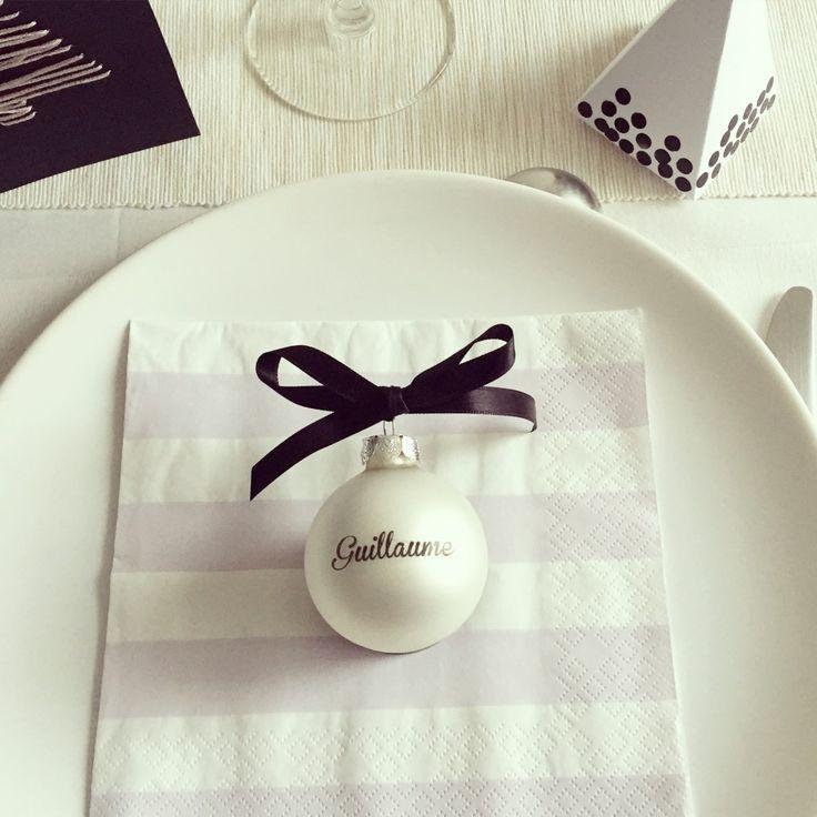 Un DIY pour fabriquer une boule de Noël personnalisée avec le prénom des invités.