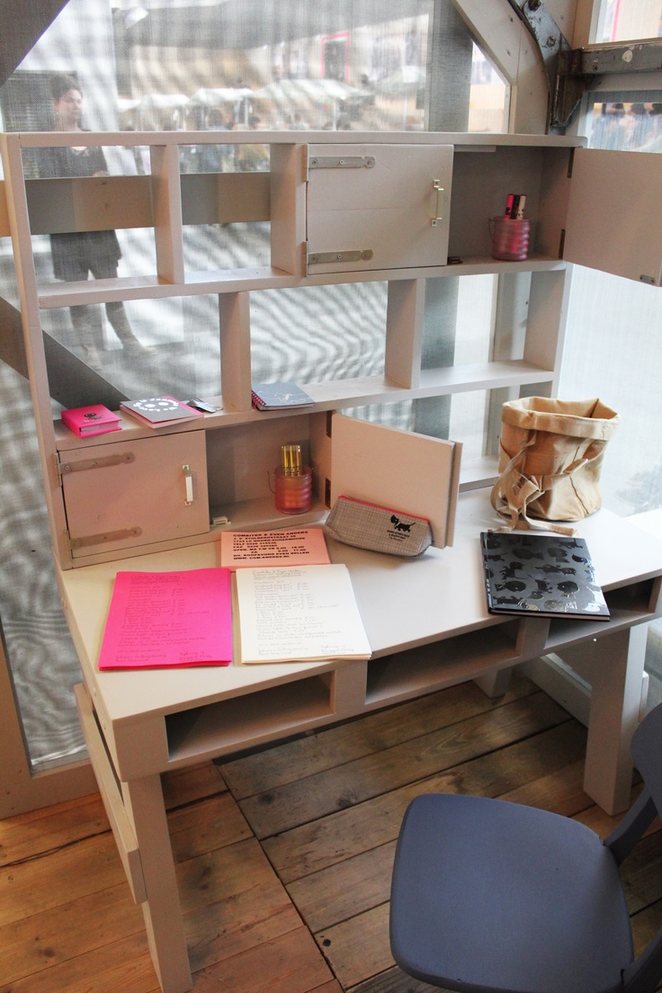 Super handig bureau met veel opbergvakken. Gezien in het woonhuis van 101 woonideeën op de #Woonbeurs | Handy desk for the #kidsroom