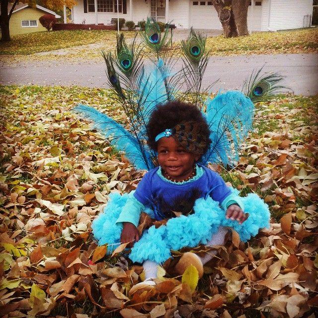 bebe disfrazado de pavo real