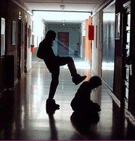 BULLYING Físico: Dar chute, beliscar o outro, pontapear, empurra, puxar, qualquer tipo de violência, dar tava, acertar a pessoa com objetos etc.