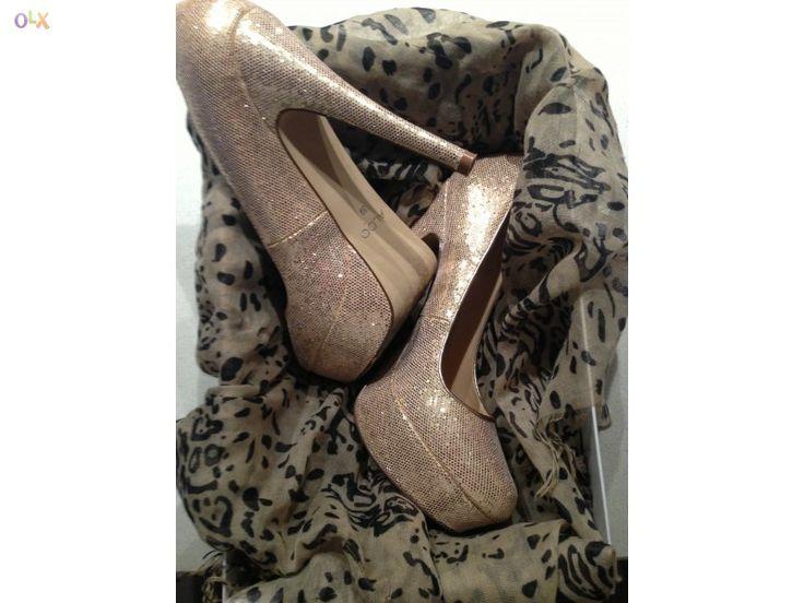 Sapatos dourados da Aldo.  Seja verdadeiramente fashion! Visite o OLX!