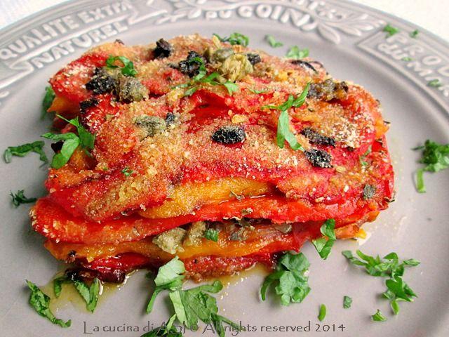 Oggi un delizioso gratin di peperoni al forno con olive, capperi,origano, con un poco di pangrattato e prezzemolo...un buon contorno che ne pensate?