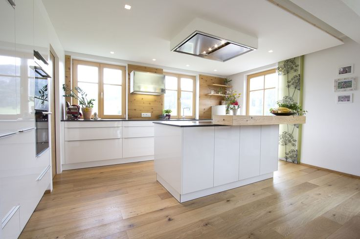 Küche weiß hochglanz, Eichenboden, Elemente aus Altholz, Deckenlüfter