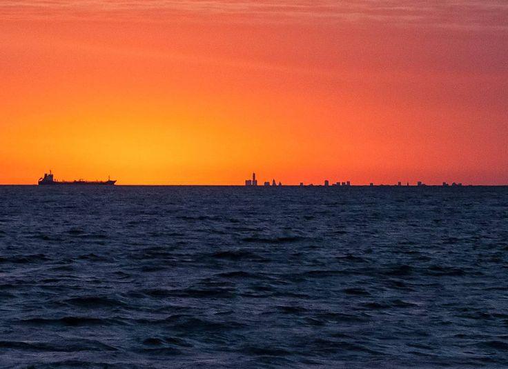 Aquele pôr do sol em Colonia del Sacramento agora pelo visor da Canon 5D Mark II. Lá no fundo do outro lado do Rio da Prata a direita do cargueiro a cidade de Buenos Aires #buenosaires #argentina #coloniadelsacramento #uruguay #uruguai #sunset #pordosol #riodelplata #mar #sea #sol #uruguaynatural