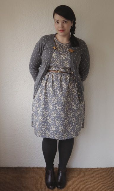 plus size vintage look, with floral dress, cardigan and sweater guards (Frocks and frou frou Lilli)