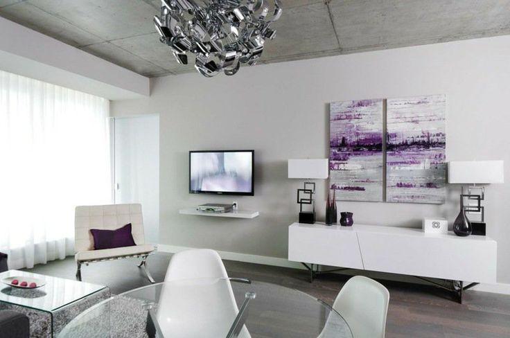tableau abstrait aux accents violets dans le salon blanc et gris