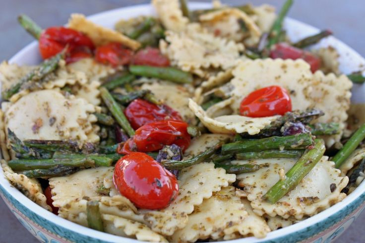 Pesto Ravioli With Asparagus and Grape Tomatoes: Recipe Pasta, Pasta Dishes, Yummy Food, Dinners Lunches, Pesto Pasta, Grape Tomatoes, Pandora Plates, Vegetables Dinners Recipe, Pesto Ravioli