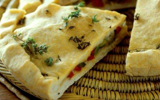 Νηστίσιμη πίτα σκεπαστή με ελιές και πιπεριές Φλωρίνης