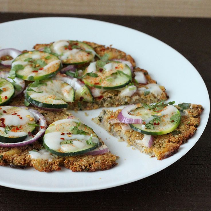 Deconstructed Gobi Paratha (cavolfiore Crust) Pizza con cetrioli e yogurt Raita. vegan senza glutine grainfree ricetta - Vegan Richa