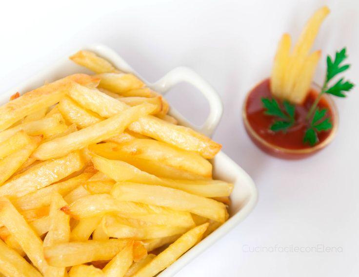 Le patatine fritte al forno, sono patate cotte al forno talmente buone e croccanti che sembrano fritte! Facili da preparare, servono pochissimi ingredienti.